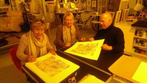 Die Künstlerin Gerda Laufenberg signiert die limitierte Auflage.